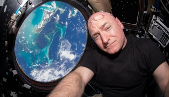 Scott Kelly v vesolju. FOTO: Reuters