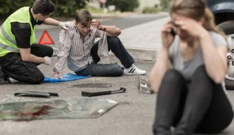 People sitting on the road after car crash FOTO: Katarzynabialasiewicz Getty Images/istockphoto
