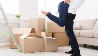 Crop of happy couple hugging near unpacked boxes in new apartment, copy space FOTO: Milkos Getty Images/istockphoto