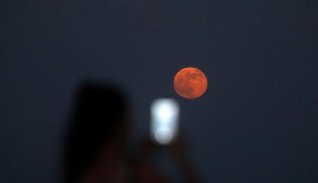 Pojav krvave lune. FOTO: Reuters