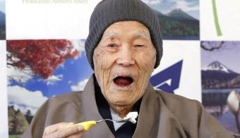 FILE PHOTO: Japanese Masazo Nonaka, who was born 112 years and 259 days ago, eats his favorite cake as he receives a Guinness World Records certificate naming him the world's oldest man during a ceremony in Ashoro, on Japan's northern island of Hokkaido, in this photo taken by Kyodo April 10, 2018. Nonaka died at the age of 113 on January 20, 2019, local media reported. Mandatory credit Kyodo/via REUTERS/File Photo ATTENTION EDITORS -THIS IMAGE WAS PROVIDED BY A THIRD PARTY. MANDATORY CREDIT. JAPAN OUT. NO COMMERCIAL OR EDITORIAL SALES IN JAPAN. FOTO: Kyodo Reuters