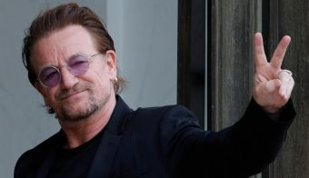 Singer Bono of Irish band U2 and co-founder of ONE organization waves as he arrives at the Elysee Palace in Paris, France, July 24, 2017. REUTERS/Philippe Wojazer - RC1A49906740 FOTO: Philippe Wojazer Reuters