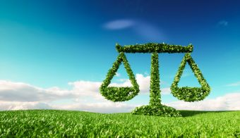 Eco friendly law, politics and eco balance concept. 3d rendering of scale icon on fresh spring meadow with blue sky in background. FOTO: Petmal Getty Images/istockphoto