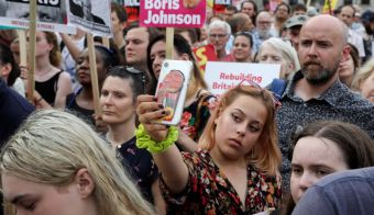 A woman takes a selfie during a rally calling for a general election in London, Britain July 25,2019. REUTERS/Simon Dawson FOTO: Simon Dawson Reuters