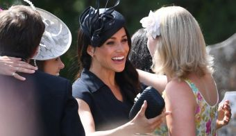 The Duchess of Sussex (centre) talks to fellow guests as they arrive to attend the wedding of Charlie van Straubenzee and Daisy Jenks at St Mary the Virgin Church in Frensham, Surrey. PRESS ASSOCIATION Photo. Picture date: Saturday August 4, 2018. See PA story ROYAL Sussex. Photo credit should read: Joe Giddens/PA Wire. FOTO: Joe Giddens Pa