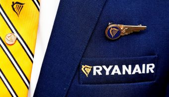 FILE PHOTO: Ryanair logo is pictured on the the jacket of a cabin crew member ahead of a news conference by Ryanair union representatives in Brussels, Belgium September 13, 2018. REUTERS/Francois Lenoir/File Photo FOTO: Francois Lenoir Reuters