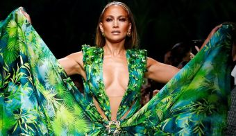 Jennifer Lopez presents a creation from the Versace Spring/Summer 2020 collection during fashion week in Milan, Italy September 20, 2019. REUTERS/Alessandro Garofalo TPX IMAGES OF THE DAY FOTO: Alessandro Garofalo Reuters
