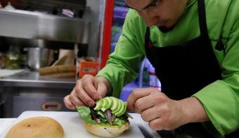 Chef Dyllan Armenta prepares a vegan oat and chickpeas hamburger at Tasty Beet Juicy and Healthy Food restaurant in Ciudad Juarez, Mexico January 29, 2018. Picture taken January 29, 2018. REUTERS/Jose Luis Gonzalez - RC1267BAF390 FOTO: Jose Luis Gonzalez Reuters