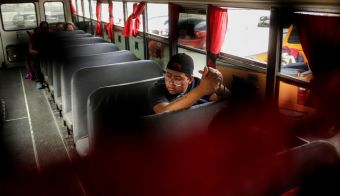 A Mexican fleeing from violence, and camping near the Santa Fe international border crossing bridge while waiting to apply for asylum to the U.S., is seen on a bus as he is moved to a shelter due a storm forecast in Ciudad Juarez, Mexico, September 30, 2019. REUTERS/Jose Luis Gonzalez FOTO: Jose Luis Gonzalez Reuters