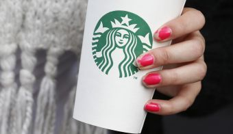 A woman holds a Starbucks takeaway cup in London October 24, 2012. Starbucks's reputation among consumers in Britain has been hit by wave of criticism of its tax affairs from politicians and the media, pollster YouGov said. REUTERS/Suzanne Plunkett (BRITAIN - Tags: BUSINESS FOOD) - RTR39IQG FOTO: Š Suzanne Plunkett / Reuters Reuters