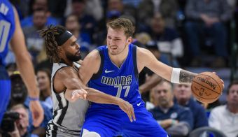 Patty Mills, San Antonio Spurs, je poskušal ustaviti Luko Dončića (77). FOTO: USA Today Sports