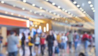 Blurred,defocused background of Crowd in trade event exhibition hall. Business trade show,shopping mall and marketing advertisement concept,MICE industry business concept FOTO: Cofotoisme Getty Images/istockphoto