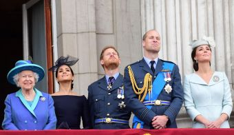 TOPSHOT - (L-R) Britain's Queen Elizabeth II, Britain's Meghan, Duchess of Sussex, Britain's Prince Harry, Duke of Sussex, Britain's Prince William, Duke of Cambridge and Britain's Catherine, Duchess of Cambridge watch a military fly-past to mark the centenary of the Royal Air Force (RAF), on the balcony of Buckingham Palace on July 10, 2018.<br /> The Queen and members of the royal family took part in a series of engagements on July 10 to mark the centenary of the Royal Air Force. / AFP PHOTO / Paul Grover FOTO: Paul Grover Afp