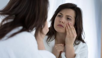 Young sad woman looking in the mirror at her wrinkles FOTO: Katarzynabialasiewicz Getty Images/istockphoto