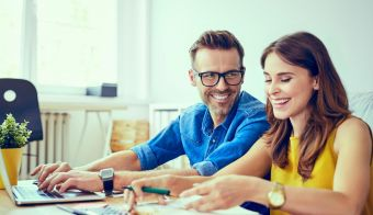 Happy couple at home paying bills with laptop FOTO: Bartekszewczyk Getty Images/istockphoto