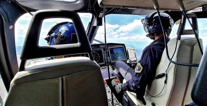 Policijski helikopter je včeraj in danes skupno sedemkrat poletel v gore. FOTO: Pu Kranj